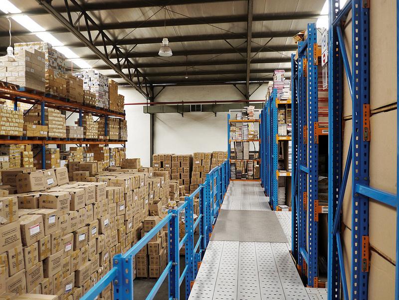 Umieszczanie produktów na regałach paletowych