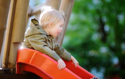Drewniane place zabaw – jakie zestawy będą odpowiednie?